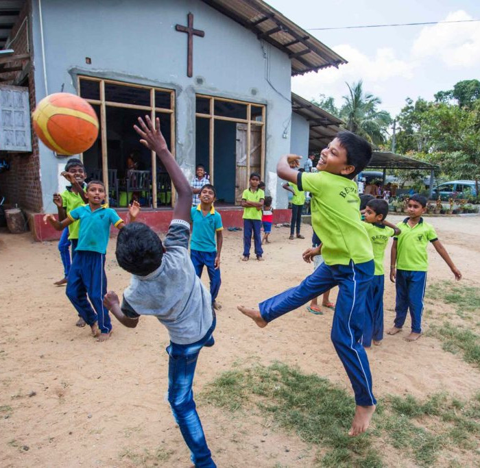 "alt=""Sri_Lanka_Kinderzentrum_Kinder_spielen_Ball_Compassion_Deutschland"""