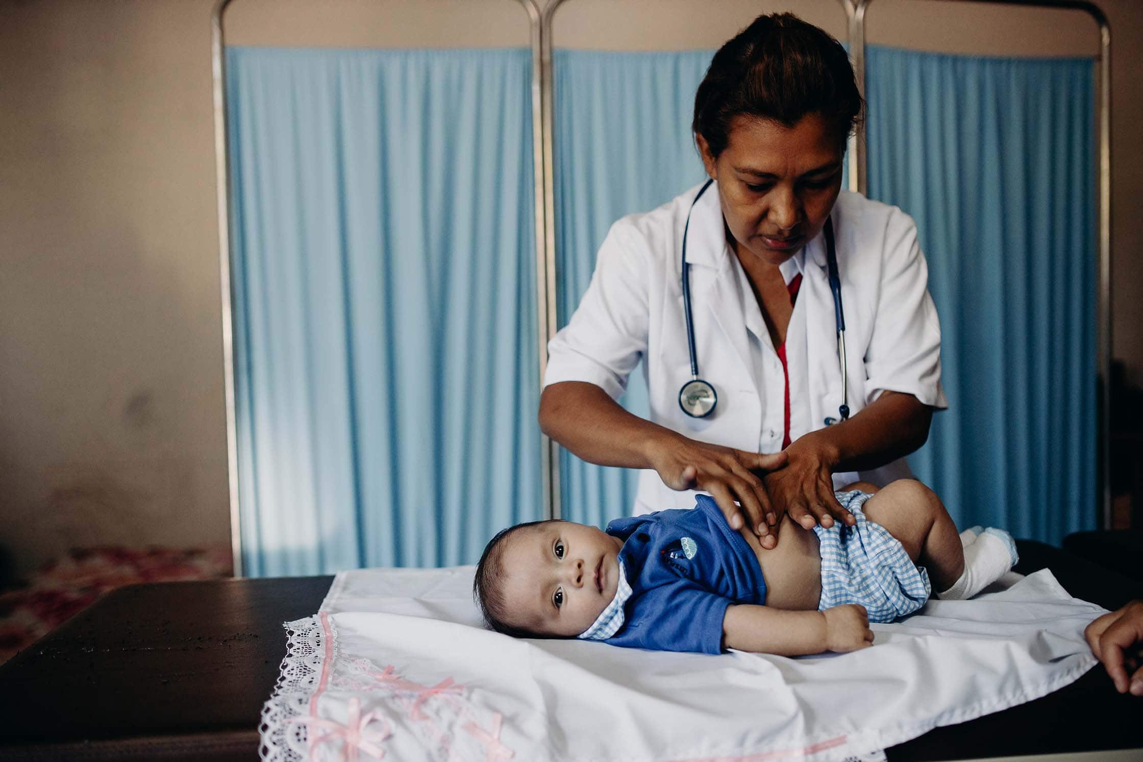 """alt=""""Babies_und_Müttern_helfen_ärztliche_Versorgung_Doktor_El-Salvador_Amerika_Compassion_Deutschland"""""""