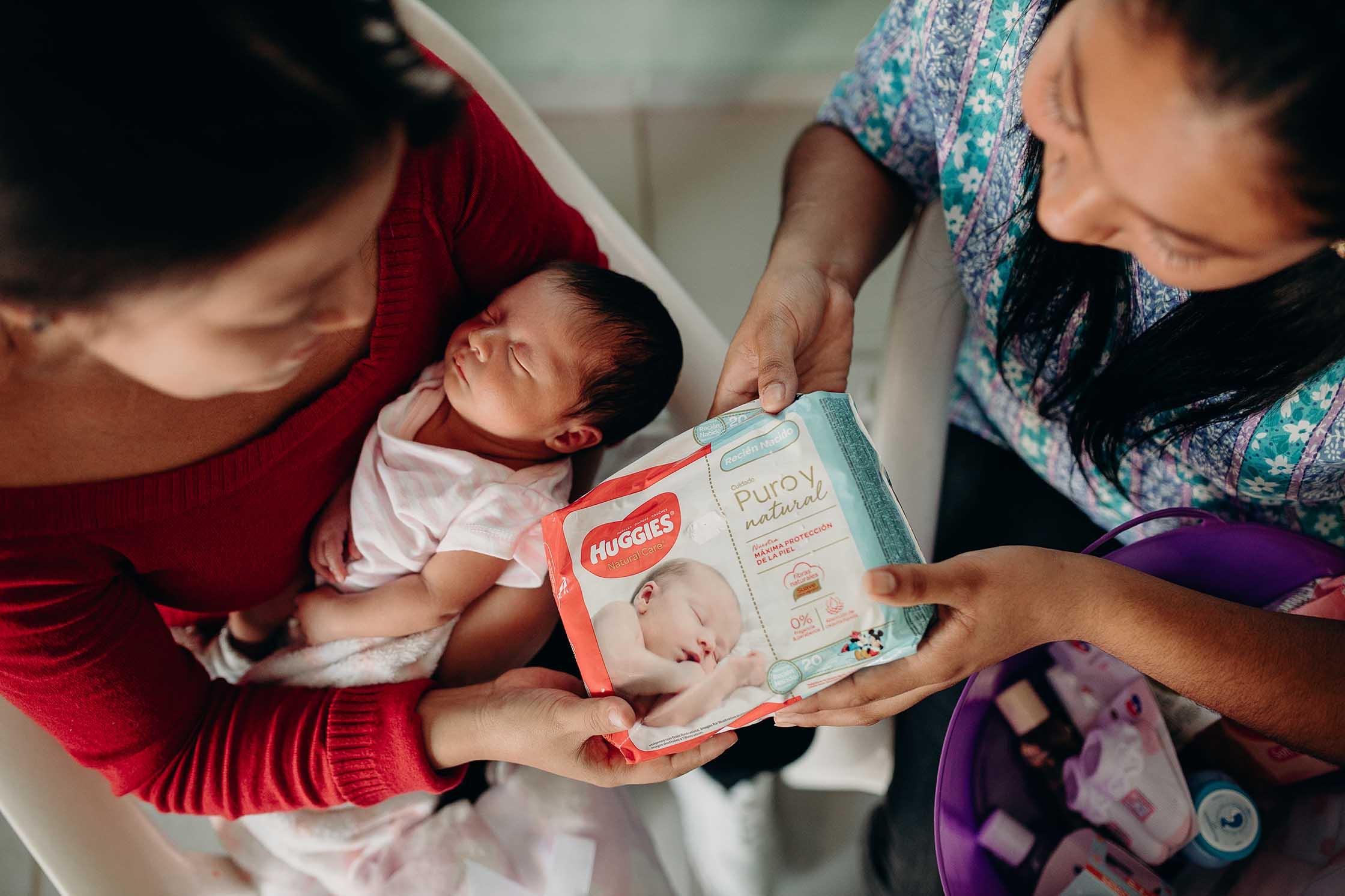 """alt=""""Babies_und_Müttern_helfen_Mutter_Kind_Babie_auf_Arm_Pampers_El-Salvador_Amerika_Compassion_Deutschland"""""""