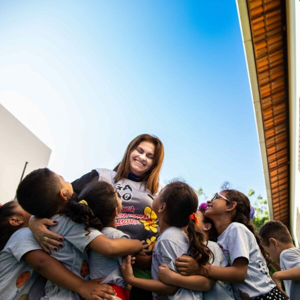 """alt=""""Hinter den Kulissen eines Kinderzentrums Kinder und Zentrumsleiterin Compassion Deutschland"""""""