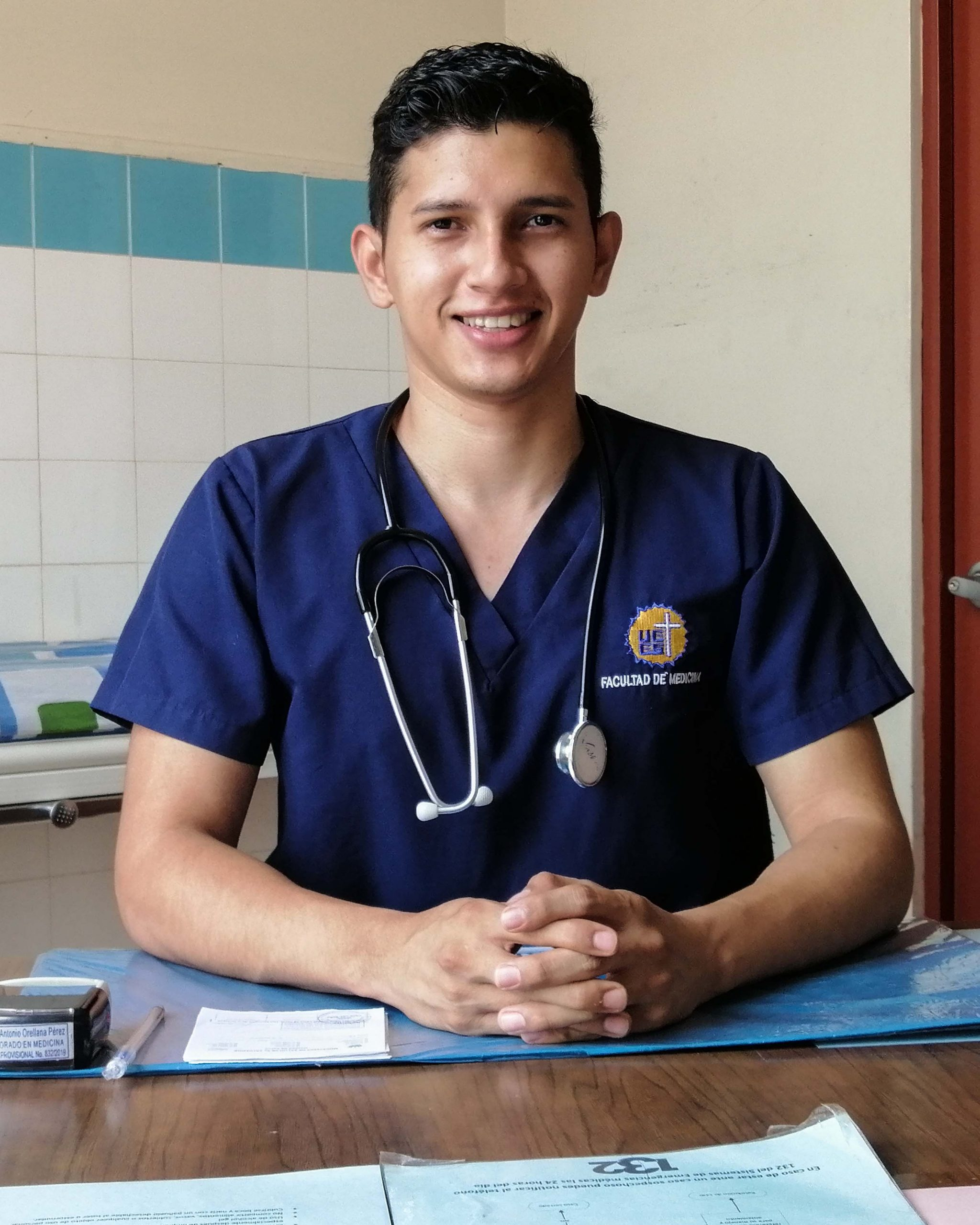 """alt=""""Junge Ärzte bei Stimmen der Krise: Dr. Fredy Orellana in El Salvador 02 Compassion Deutschland"""""""