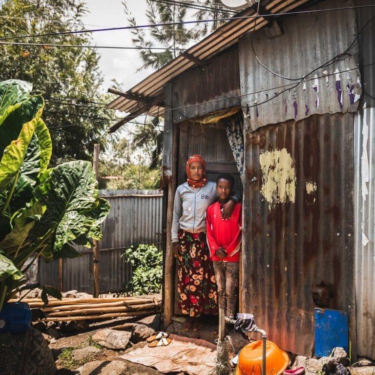 """alt=""""Äthiopien: Ein Zuhause für Sofia 02_Mutter und Sohn vor Ihrer Hütte in Äthiopien_Compassion_Deutschland"""""""