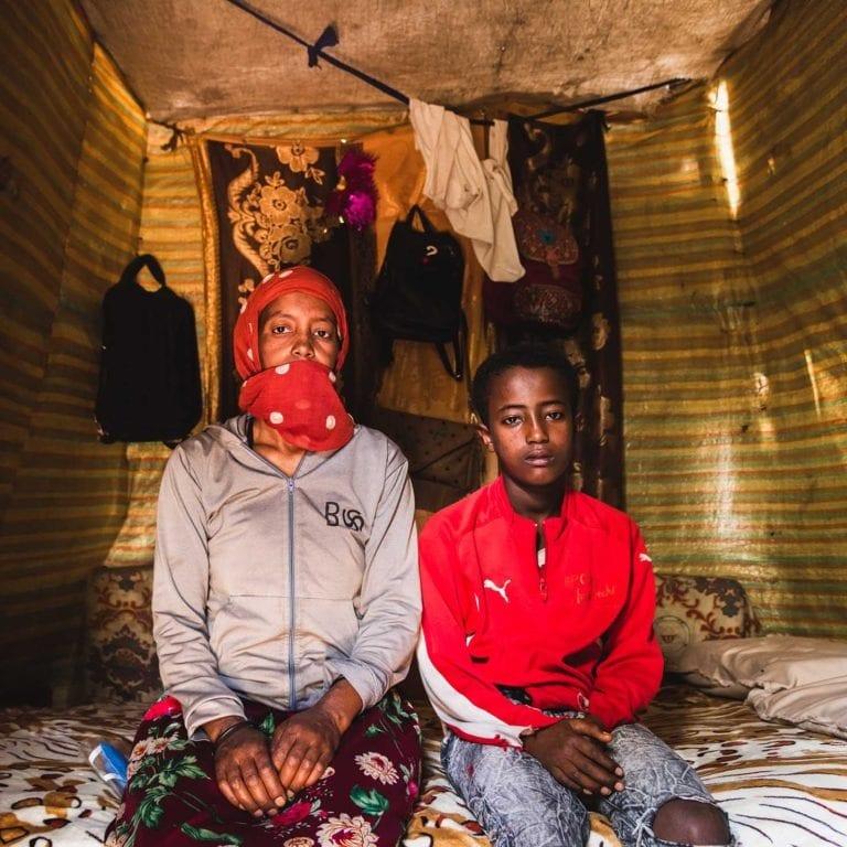 """alt=""""Äthiopien: Ein Zuhause für Sofia 03_Mutter und Sohn vor Ihrer Hütte in Äthiopien_Compassion_Deutschland"""""""