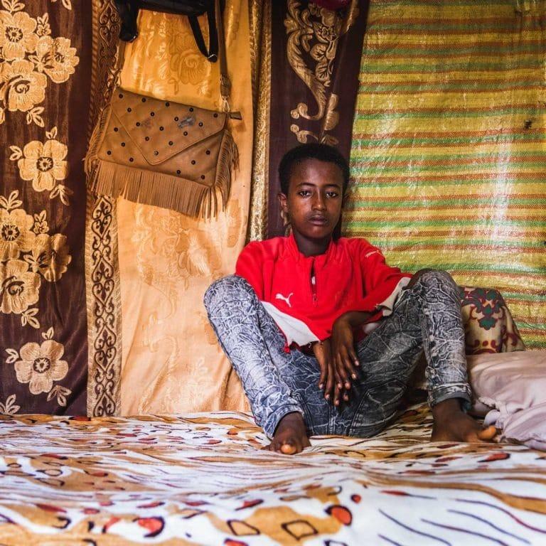 """alt=""""Äthiopien: Ein Zuhause für Sofia 04_Sohn in Hütte in Äthiopien_Compassion_Deutschland"""""""
