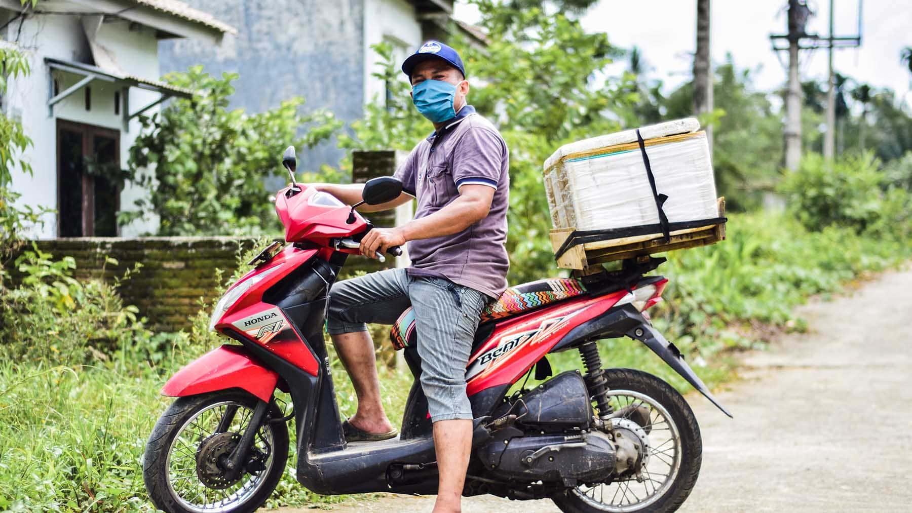 """alt=""""Julius' Familie Indonesien Compassion Deutschland 01 Julius auf Motorroller mit Kühlbox"""""""