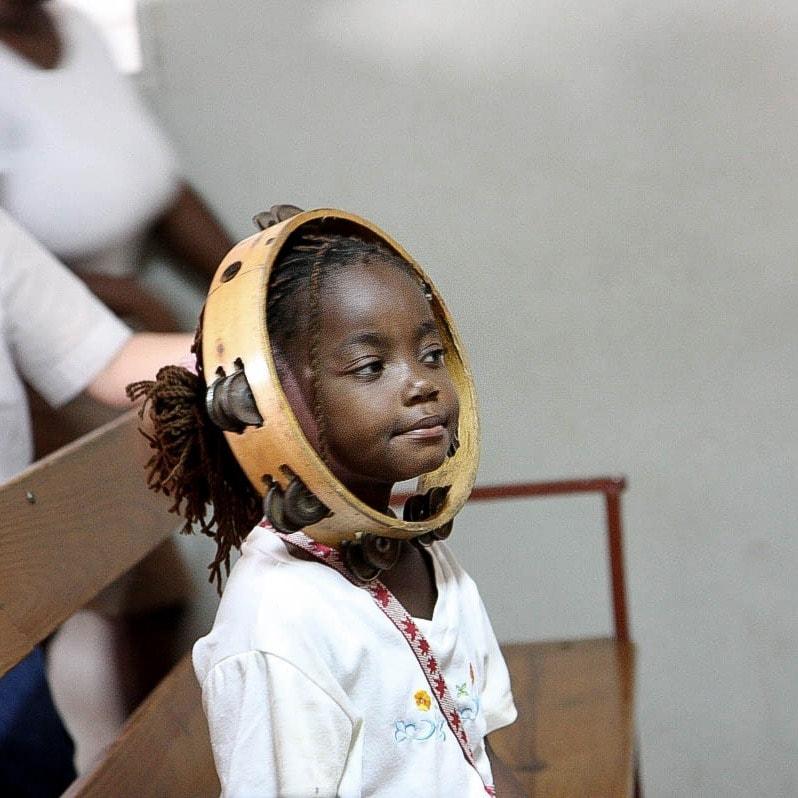 """alt=2Stress mit dem Tamburin in der Dominikanischen Republik_Compassion_Deutschland"""""""