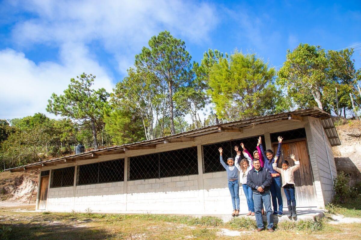 """alt=""""Pastor Genaro in Honduras mit Patenkindern vor der Gemeinde"""""""