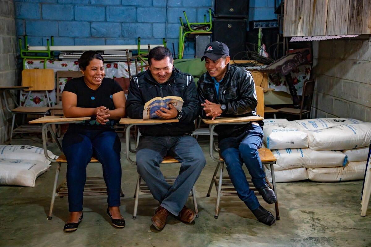 """alt=""""Pastor Genaro in Honduras mit seiner Gemeinde"""""""