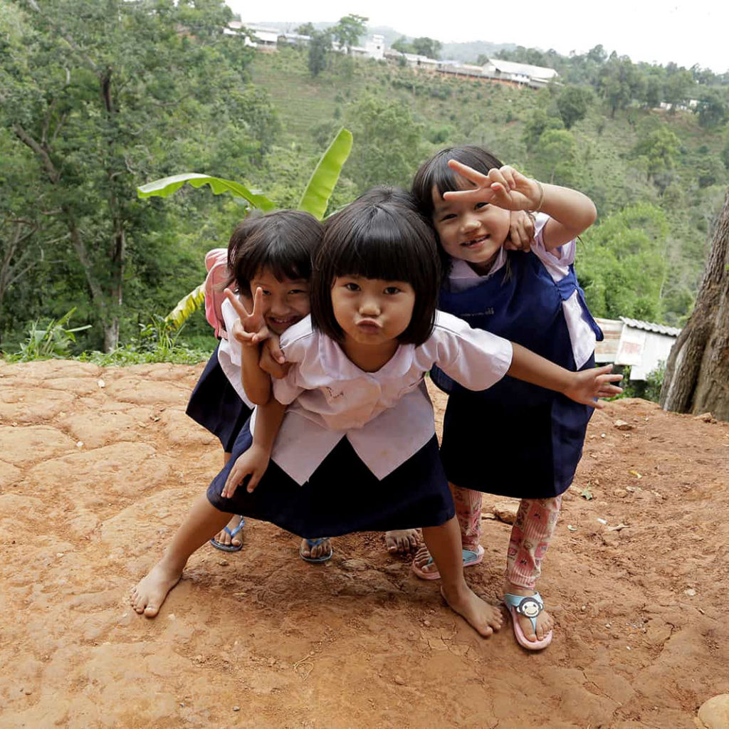 "alt=""girls-in-thailand-showing-the-peace-sign-compassion-Deutschland"""
