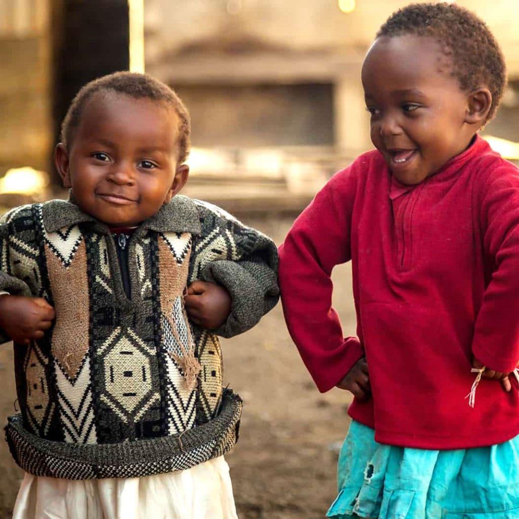 """alt=""""Als der """"Chicken-Dance"""" es nach Kenia schaffte. Jungs tanzen. Compassion Deutschland"""""""