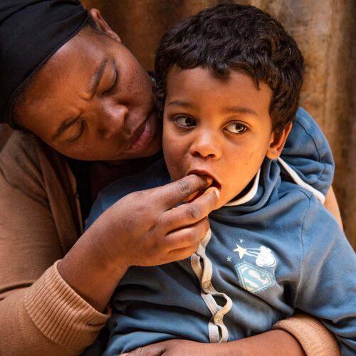 """alt=""""Mutter_Kind_COVID-19 hat eine Hungerkrise hervorgerufen"""""""