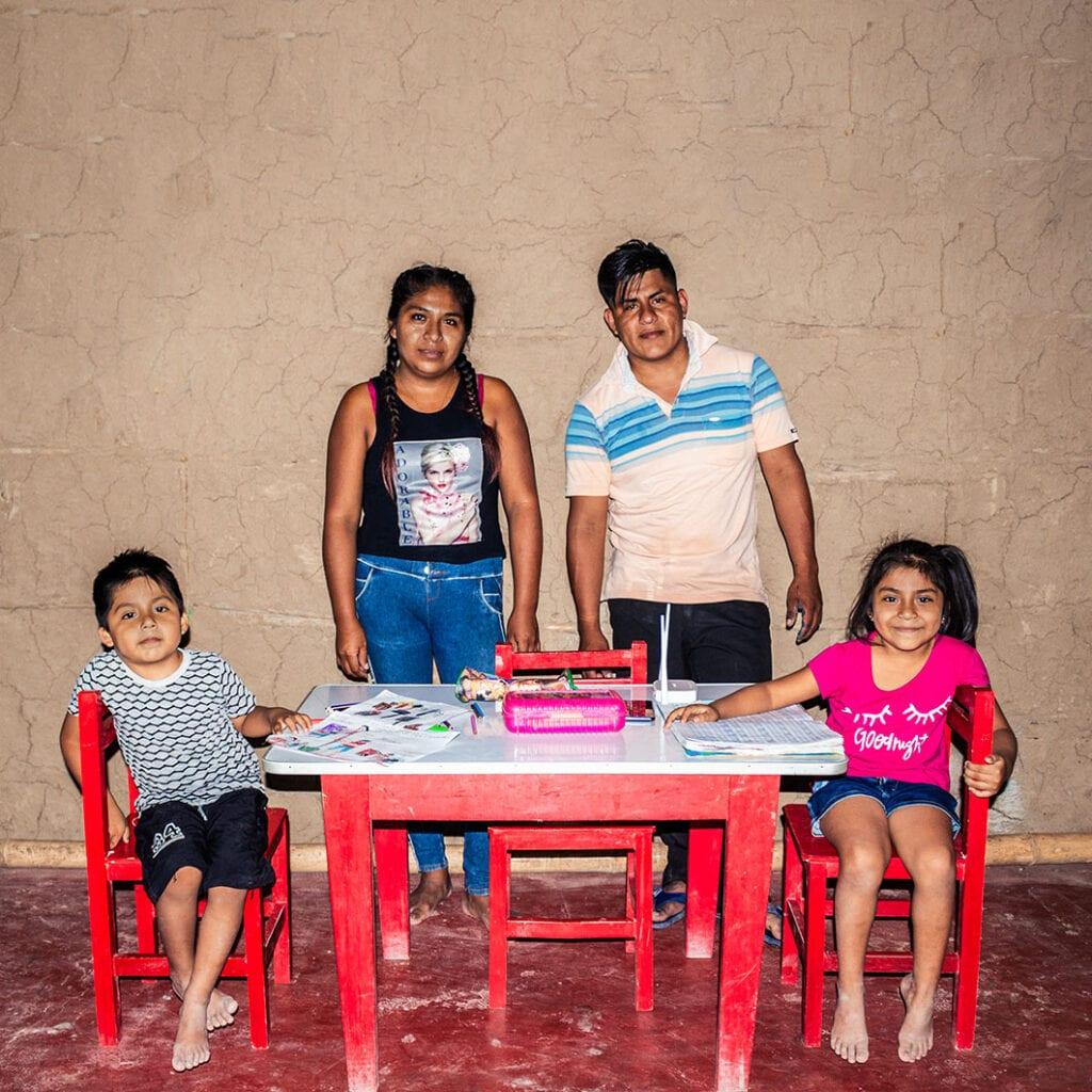 """alt=""""Bildung_in_Peru:_Internetzugang_für_ein_ganzes_Dorf_Romina_mit_ihrer_Familie_01"""""""