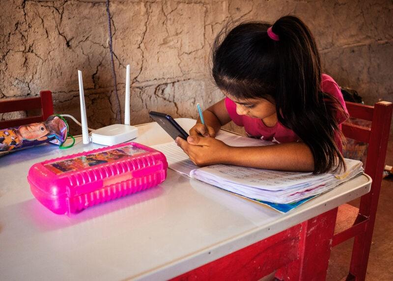 """alt=""""Bildung_in_Peru:_Internetzugang_für_ein_ganzes_Dorf_Romina_mit_Stiften_am_malen"""""""