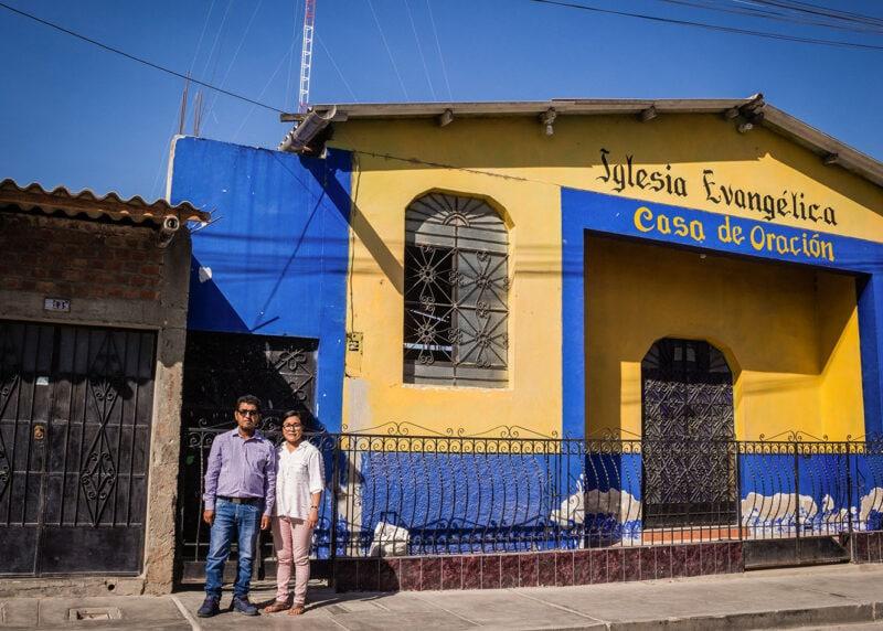 """alt=""""Bildung_in_Peru:_Internetzugang_für_ein_ganzes_Dorf_Rominas_Eltern_vor_dem_Compassion_Kinderzentrum"""""""