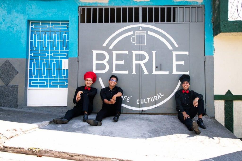"""alt=""""Cafe_Berle_Kaffee_Espresso_Bar_El_Salvador_Olivio_und_seine_Freunde_Compassion_Deutschland"""""""