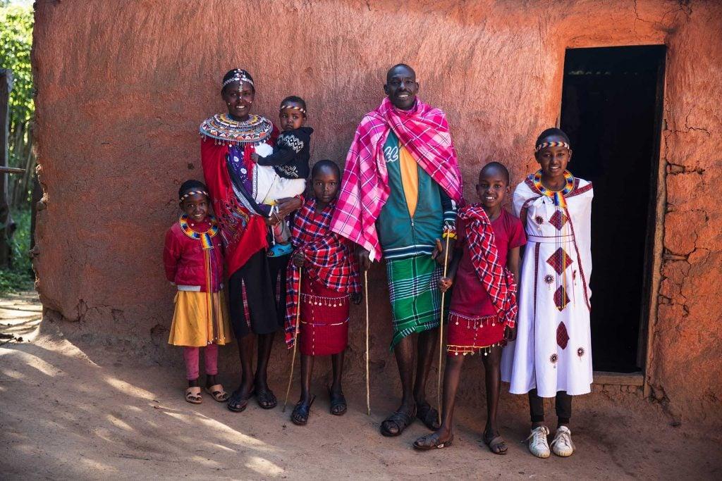 """alt=""""Kenia_Nabore_Mutter_Vater_Familie_Afrika_Hütte_Tee_Wasser_Feuer_Compassion_Deutschland"""""""