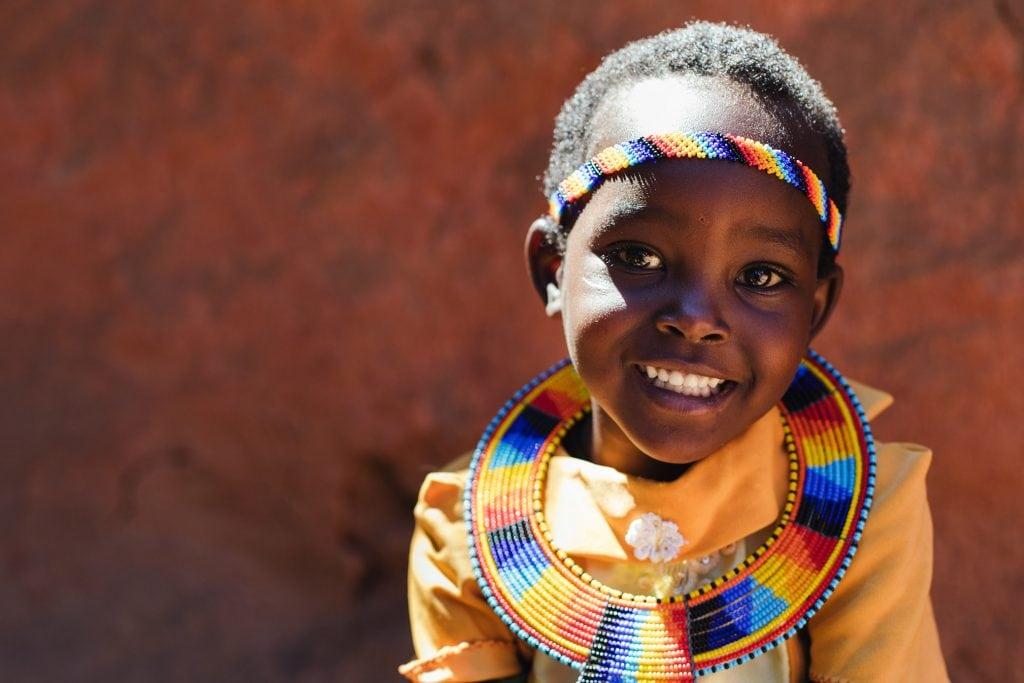 """alt=""""Kenia_Nabore_Afrika_gelbes_Shirt_bunte_Kette_Compassion_Deutschland"""""""